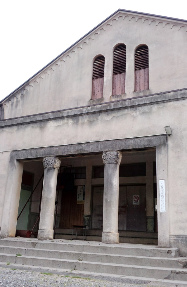 体育館入口の彫刻を施された柱