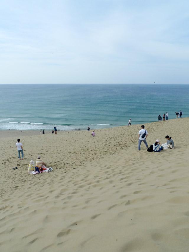 砂丘を越えると眼下に海辺が