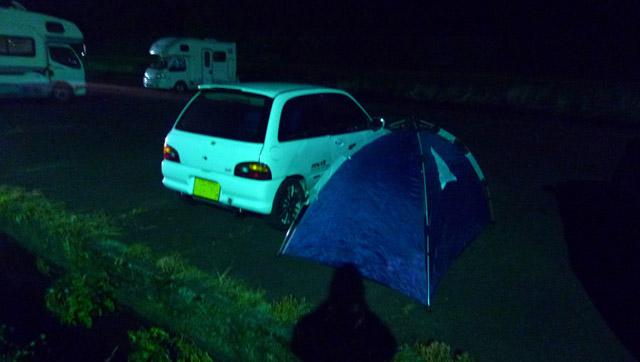 河原の駐車場でキャンプ