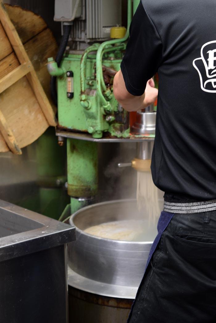 蕎麦を押し出して麺を作る