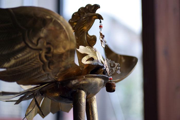 神輿の上に乗る鳳凰の修理