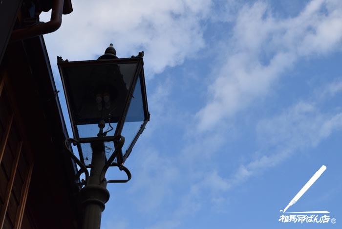 東茶屋街のガス灯と青空