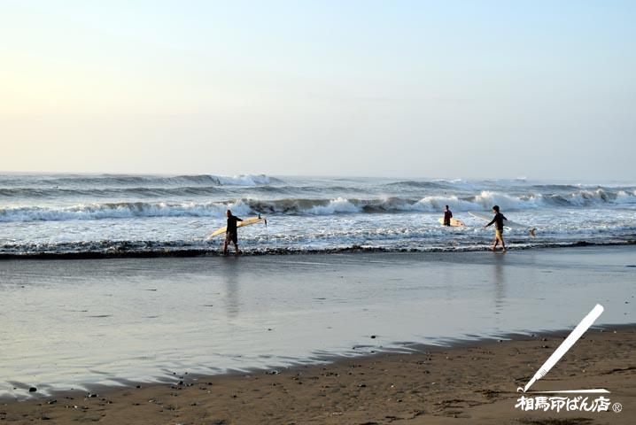 蚊口の浜のサーファー達。これから入水