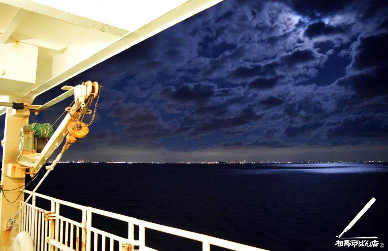 夜空を明るく照らす満月の光