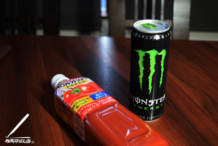 エナジードリンクのモンスターと、カゴメトマトジュース