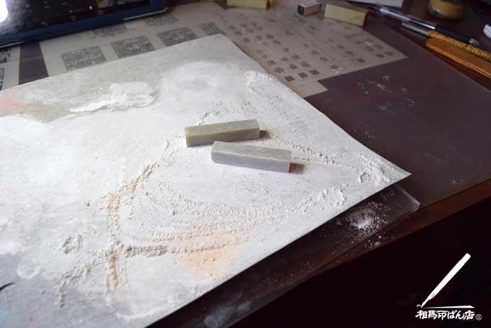 サンドペーパーで印材を綺麗に磨ぐ