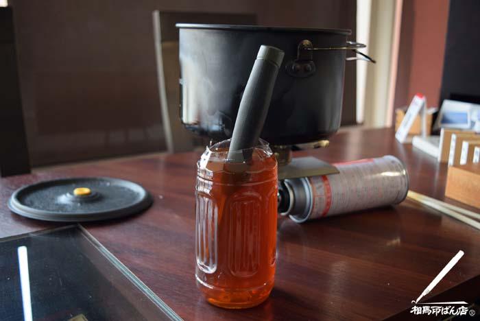 紅茶とクエン酸を7:3で作った溶液にナイフを入れて黒錆加工をする。