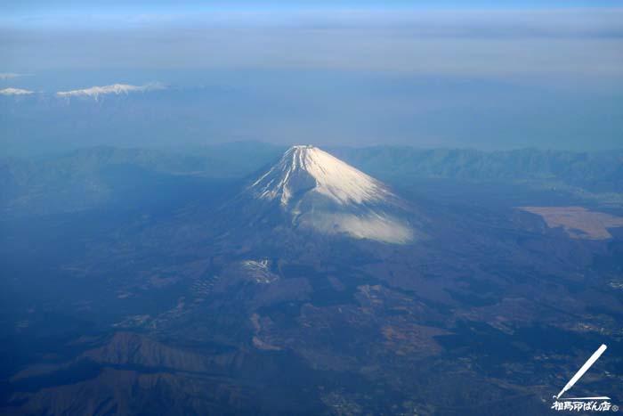朝陽をあびる富士山