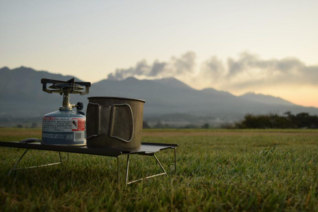 噴煙をあげる阿蘇山を眺めながら朝食