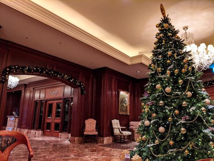 リッツカールトン大阪のロビーにはクリスマスツリーが飾られてます。