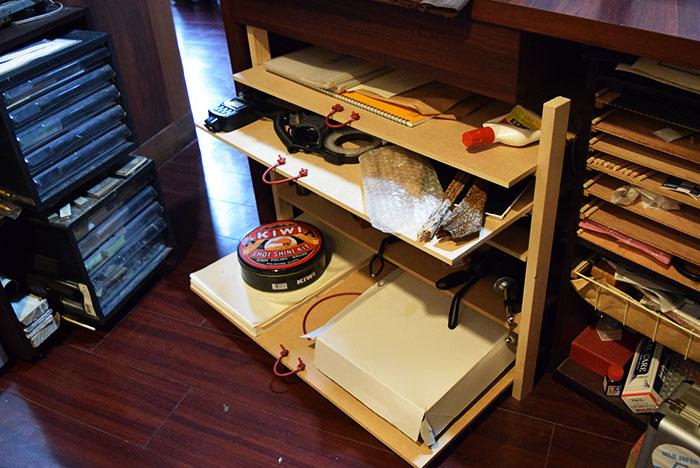 DIYでつくった棚の引き出しに革紐をつけて取ってにした