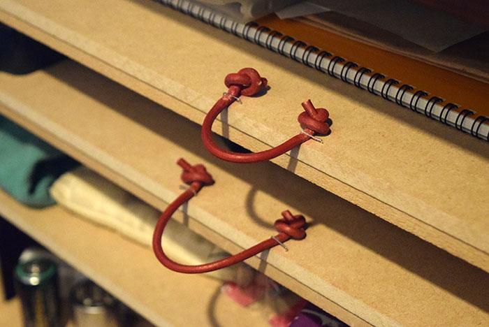 引き出しの取っ手に革紐を使った。