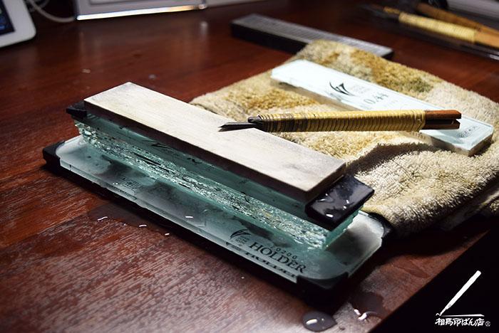 セラミック砥石で刃を研ぐ