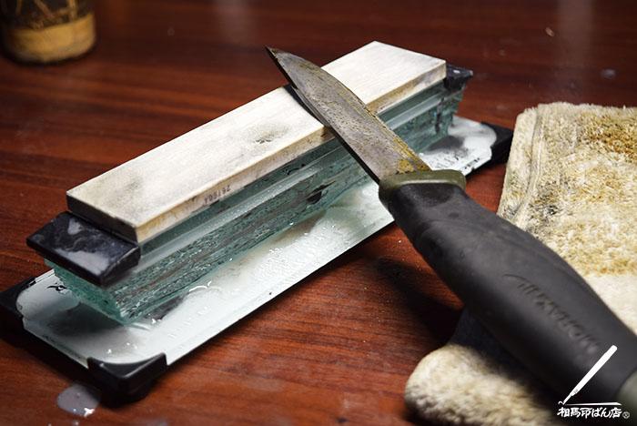 モーラナイフをシャプトンのセラミック砥石で研ぐ。