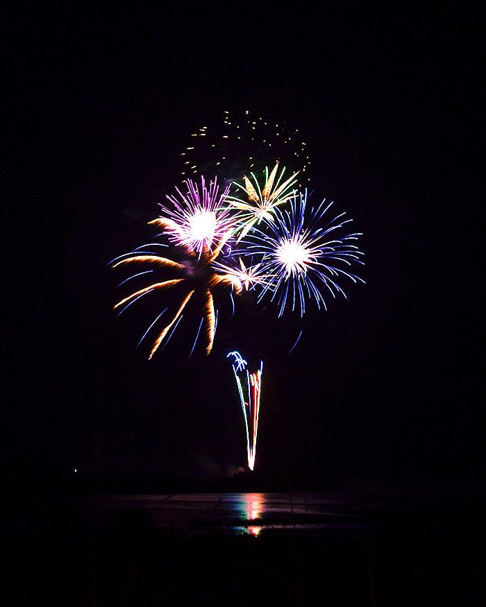 シャッタースピードを落とすことで連続して上がった花火を1枚の写真で撮れた