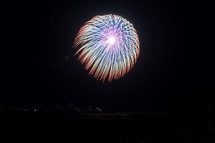 色とりどりの花火が高鍋町の夜空を飾る。