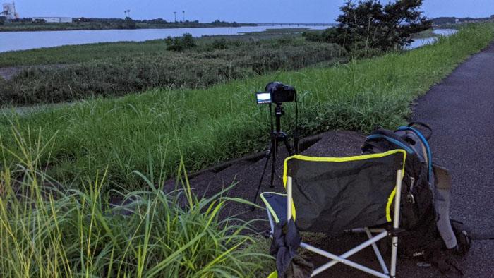 高鍋町小丸川堤防で打上げ花火を撮影ポイントにしてカメラを設営。